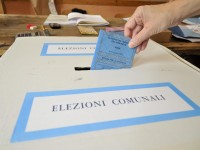 Ballottaggio Roma, Gianni Alemanno al seggio elettorale