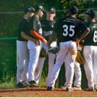 Baseball Conferenza sul monte di lancio per la formazione bianconera