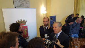 Il Questore di Siena durante la conferenza stampa