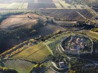 ITALIA, TOSCANA, VAL D'ELSA, Monteriggioni (SI): in volo col deltaplano.