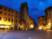 San Gimignano Piazza della Cisterna notte