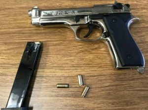 La pistola sequestrata trovata a bordo della macchina