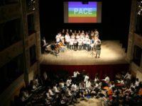 studenti cantano pace