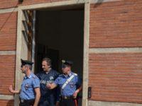carabinieri in edificio