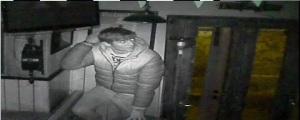 Uno dei fotogrammi della telecamera che ha ripreso il furto