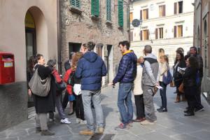 I cittadini di San Gusmè in coda all'ufficio postale di Castelnuovo Berardenga